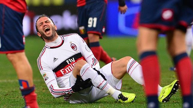 El delantero Pazzini, en el momento de su lesión contra el Génova