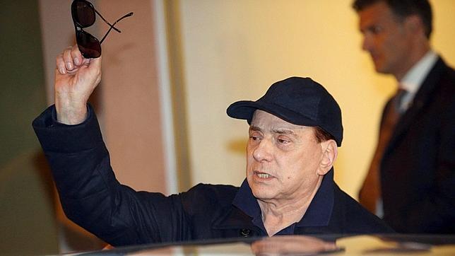 Berlusconi abandona el hospital con gorra y gafas de sol por sus problemas oculares