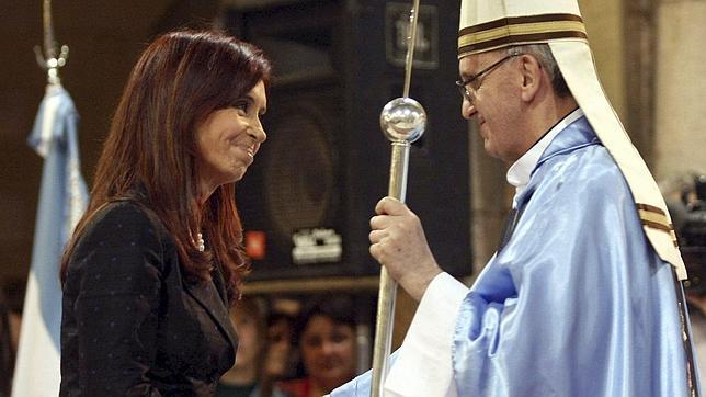 El Papa Francisco saluda a Cristina Kirchner durante una ceremonia en 2008