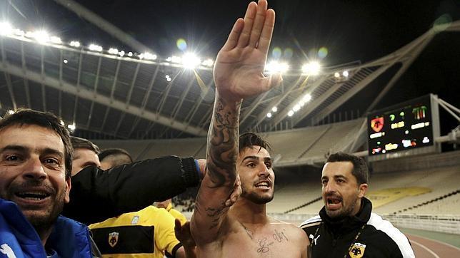 APARTADO de por vida de la selección de futbol de GRECIA por hacer el saludo NAZI en un partido.