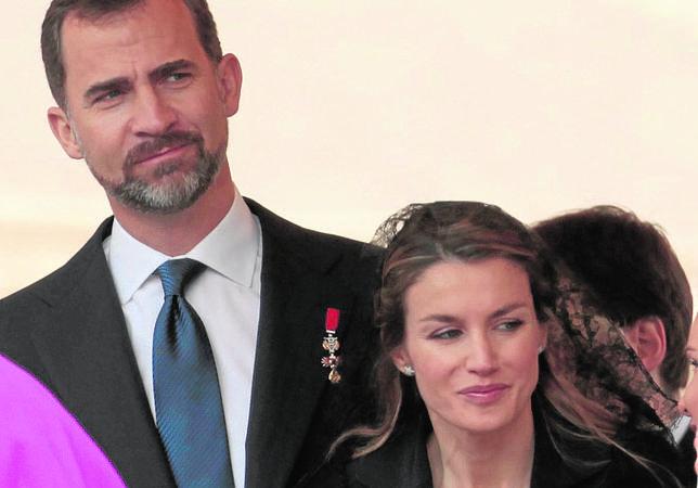 Doña Letizia irá con falda por la rodilla, mantilla y sin peineta a la misa de inicio del Pontificado de Francisco