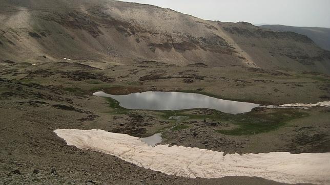 Hallan restos de polución atmosférica de la Prehistoria en un lago de Sierra Nevada