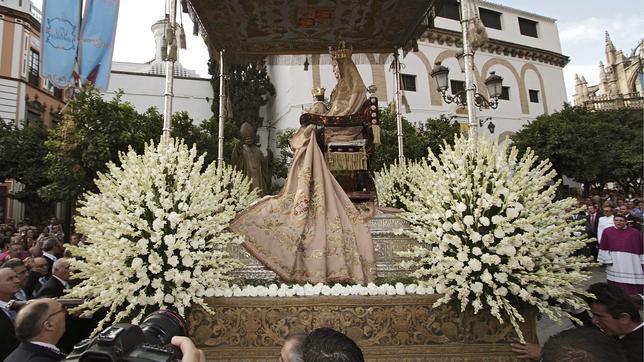 ¿Qué significan las flores que embellecen los pasos de Semana Santa?