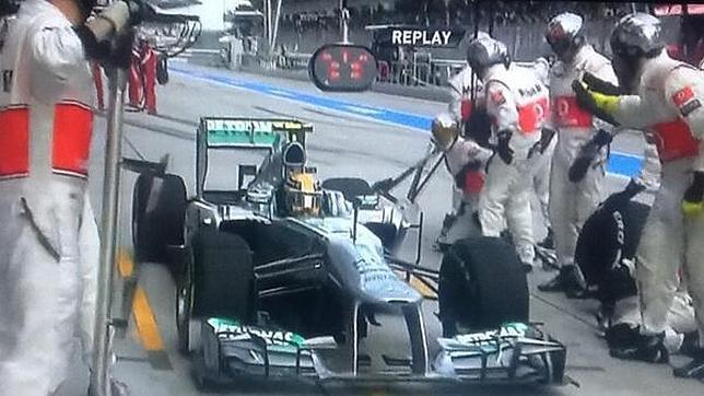 Hamilton se lía y va a McLaren a cambiar ruedas