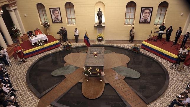 El cuerpo insepulto de Chávez sigue expuesto al público