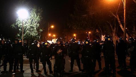 Policías vigilan una protesta en Nicosia