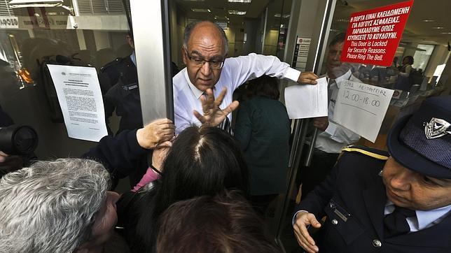 Los bancos abren en chipre tras trece d as de corralito for Manana abren los bancos en espana