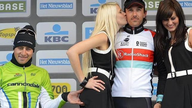 Sagan le toca el trasero a una azafata en el podio del Tour de Flandes