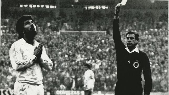 Crespo Aurré amonesta a Juanito en 1983 y no podrá jugar el siguiente partido. El jugador reza. Imagen inolvidable