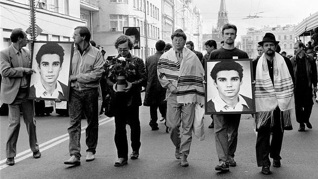 Manifestación de protesta por las víctimas del golpe de Estado en la URSS