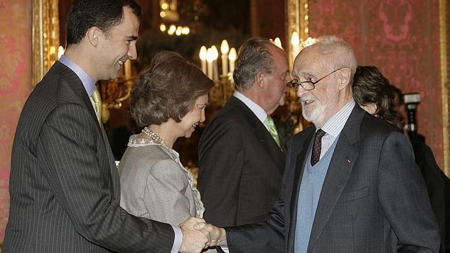 José Luis Sampedro saluda al Príncipe de Asturias, en presencia de los Reyes