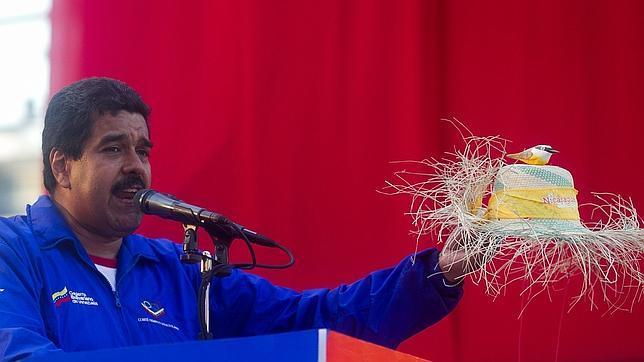 Maduro vuelve a enseñar en un acto el pajarito que encarna el espíritu de Chávez