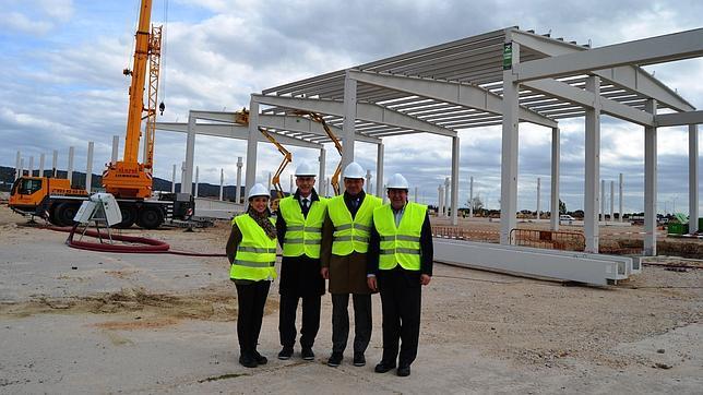 Directivos de Senoble visitan las obras de la fábrica en Talavera