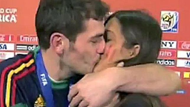 Iker Casillas besa a Sara Carbonero para celebrar el triunfo de España en el mundial