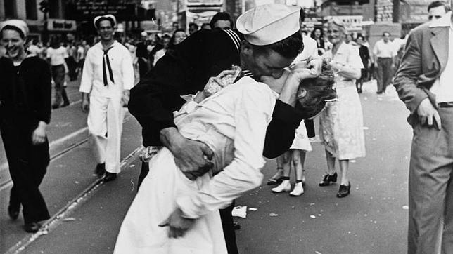 La enfermera no conocía al marine, le dejó besarla porque él había luchado por su país