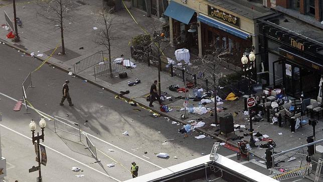 Cuerpos de seguridad se acercan a los conetnedores, donde estaban escondidos los explosivos