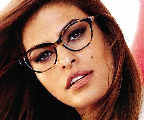 01131d77c2 Eva Mendes. Famosas, ¿más sexys con gafas?