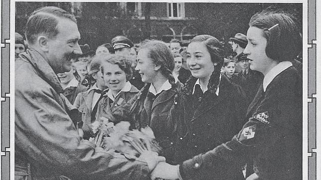 Hitler saludando a unas adolescentes de la Liga Alemana