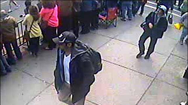 El FBI publica la imagen de los dos sospechosos de los atentados de Boston