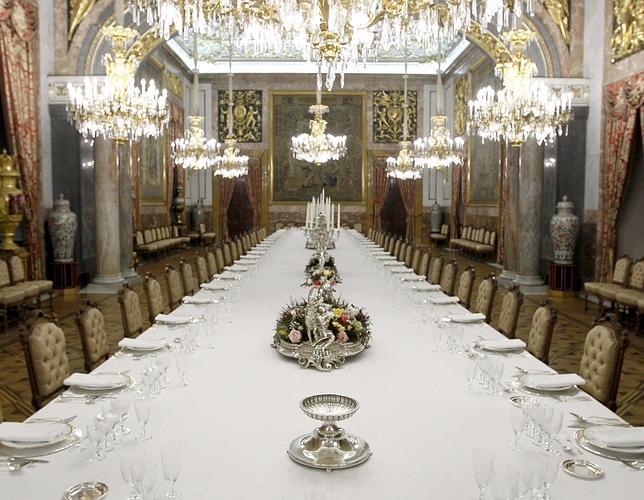 el esplendor del comedor de gala del palacio real por