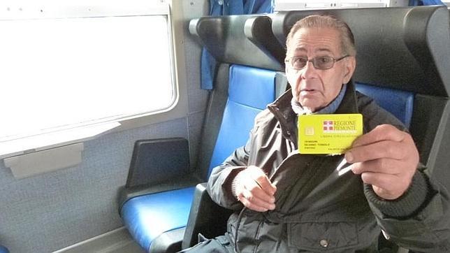 Un jubilado desahuciado, con 80 años, vive en viaje permanente en los trenes