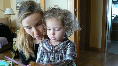 Las peripecias de un padre para que  analicen la enfermedad rara de su hija