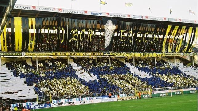 Las aficiones calientan los estadios suecos con sus coreografías
