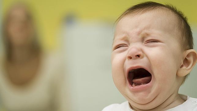 ¿Por qué los bebés dejan de llorar cuando los cogen en brazos?