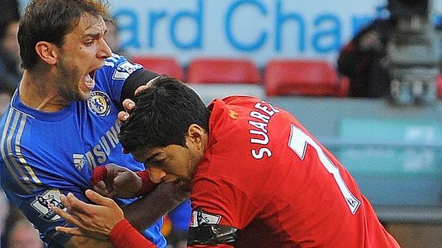 Un psicólogo ya advirtió de que Suárez volvería a morder