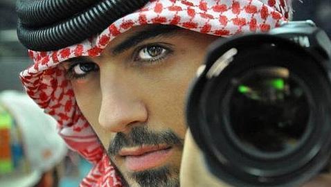 Este es el hombre que fue expulsado de Arabia por ser «demasiado guapo»