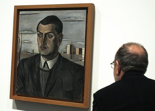 Un hombre admira en el Reina Sofía el retrato que Dalí hizo a su amigo Luis Buñuel