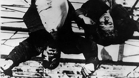 Los cadáveres de Mussolini y Clara Petacci, colgados en Milan