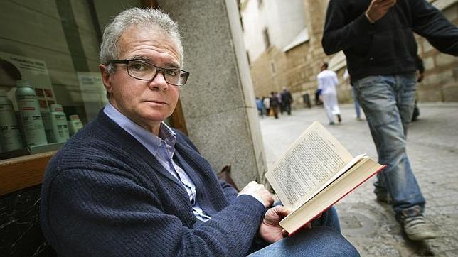 Un parado lleva cinco meses pidiendo mientras lee en una calle de Toledo