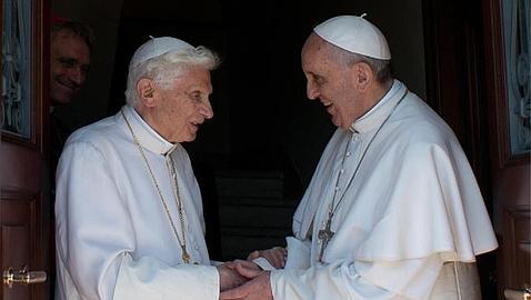 Benedicto XVI, junto al Papa Francisco / AFP
