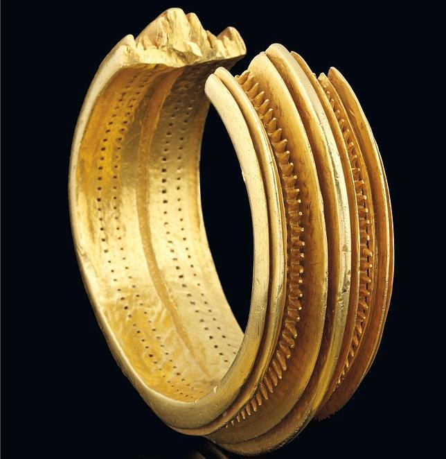Un brazalete de oro de hace 3.000 años, vendido por 600.000 euros