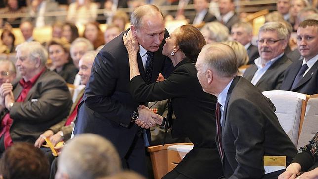 Vladimir Putin saluda a la mítica bailarina Maya Plisetskaya en el patio de butacas