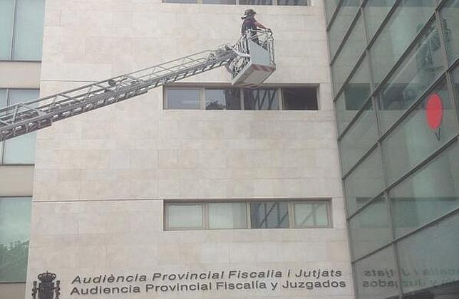 Dos heridos al caer un trozo de fachada de Ciudad de la Justicia de Valencia