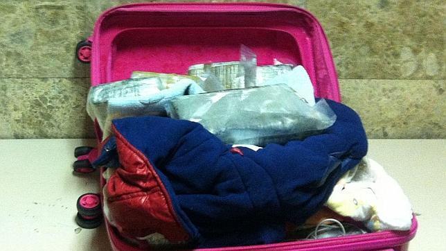 Detenida en Barajas una madre con 12 kilos de cocaína en la maleta de uno de sus hijos