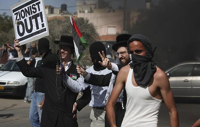 Los jóvenes Neturei Karta y palestinos, codo a codo