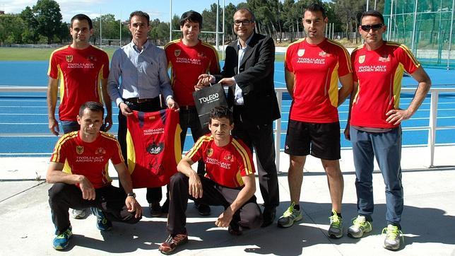 Los participantes recibieron la equipación de manos de Alfonso Martín