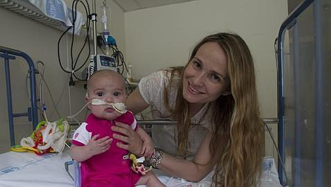 Celia, de 9 meses, viaja hoy de Madrid a Boston con la esperanza de salvar su vida