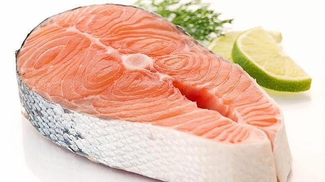 Salmón para prevenir los efectos negativos de la comida basura en el cerebro