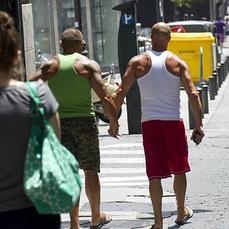 El 66 de homosexuales europeos temen darse la mano en for Lesbianas en la oficina
