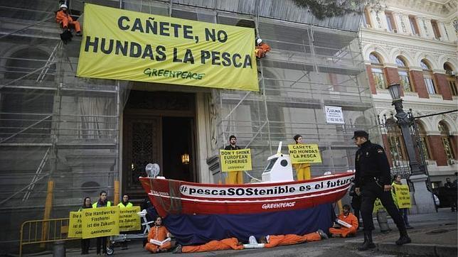 Greenpeace coloca una barca frente a Agricultura para exigir una pesca «sostenible»