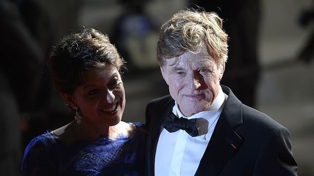 El actor y director Robert Redford junto a su esposa Sibylle Szaggars en La Croisette