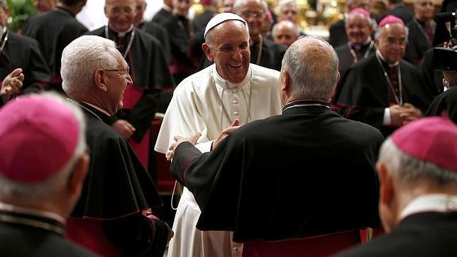 Francisco invita a los obispos italianos a reducir el desmesurado número de diócesis