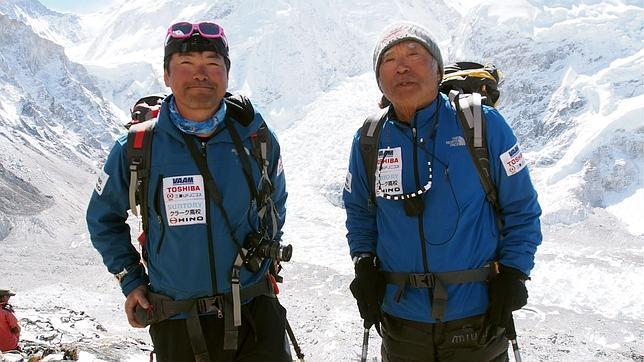 Un octogenario japonés escala hasta la cima del Everest