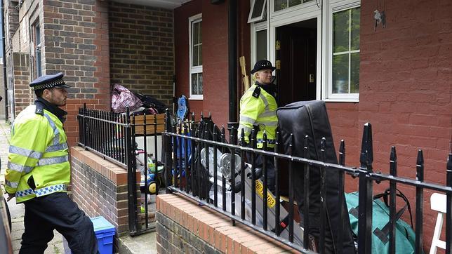 Agentes inspeccionan un piso en Greenwich en el que vivía uno de los dos sospechosos