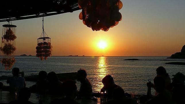 La puesta de sol desde uno de los chiringuitos de Cala Conta