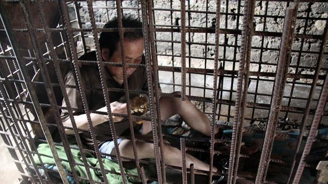 Un esquizofrénico chino, encerrado en una jaula por su familia desde hace 11 años
